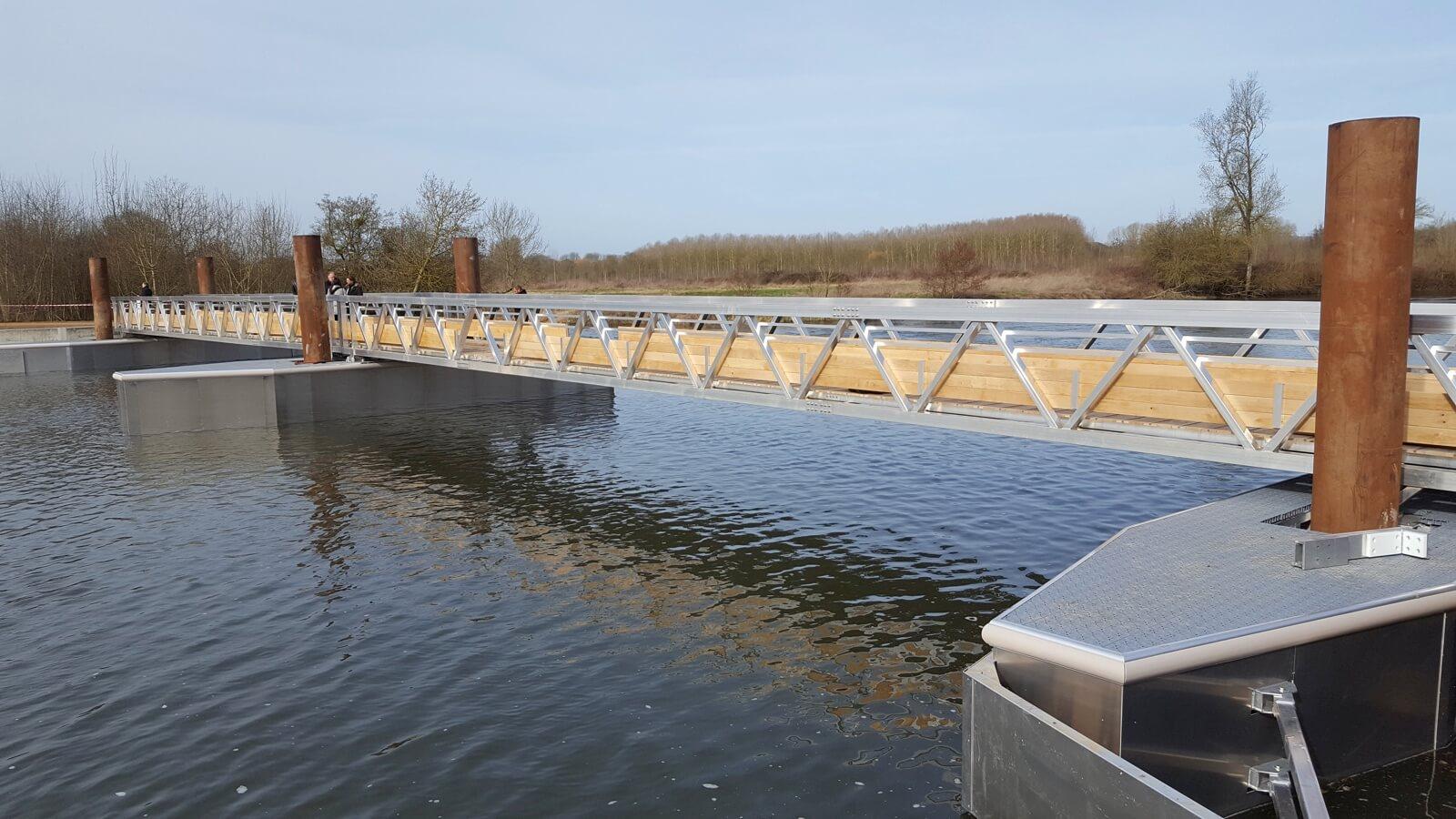 Mise en place d'une passerelle sur le Loir a La Flêche (72)